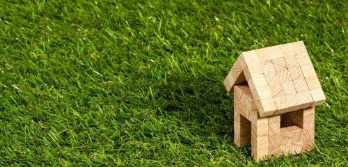 drewniany, zabawkowy domek na trwaniku