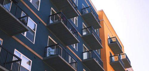 fasady bloków mieszkalnych