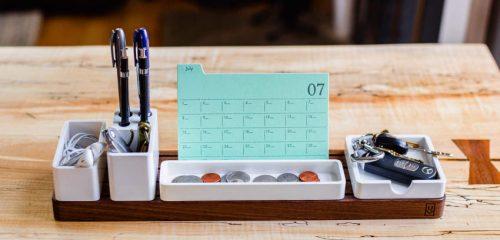 kalendarz postawiony na przyborniku biurkowym