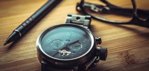 zegarek leżący na drewnianym blacie