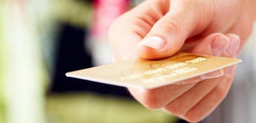 złota karta płatnicza w kobiecej dłoni