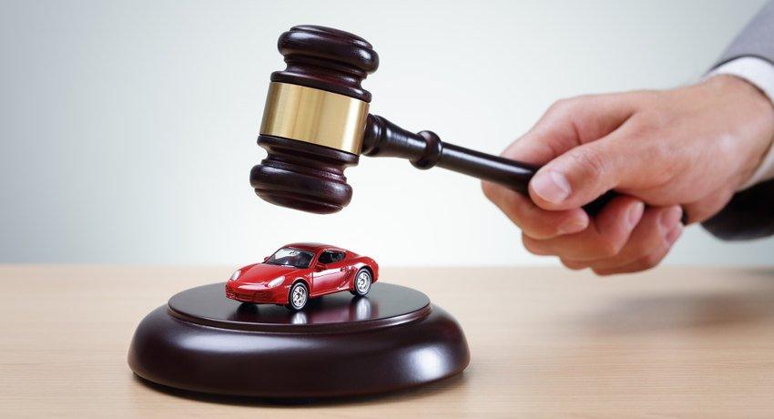 zabawkowy, czerwony samochód pod młotkiem komornicznym