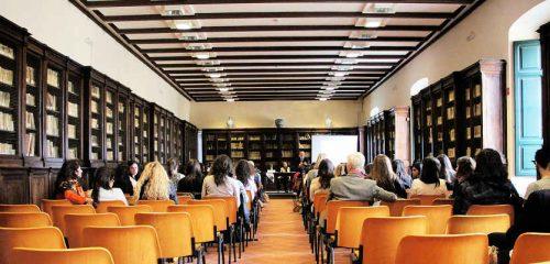 studenci siedzący na sali i słuchający wykładu
