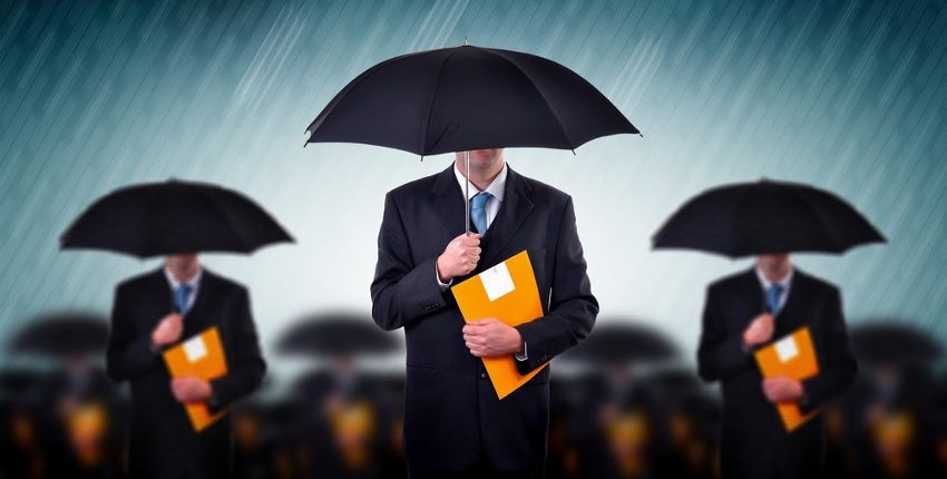 mężczyźni w garniturach pod parasolami w deszczu