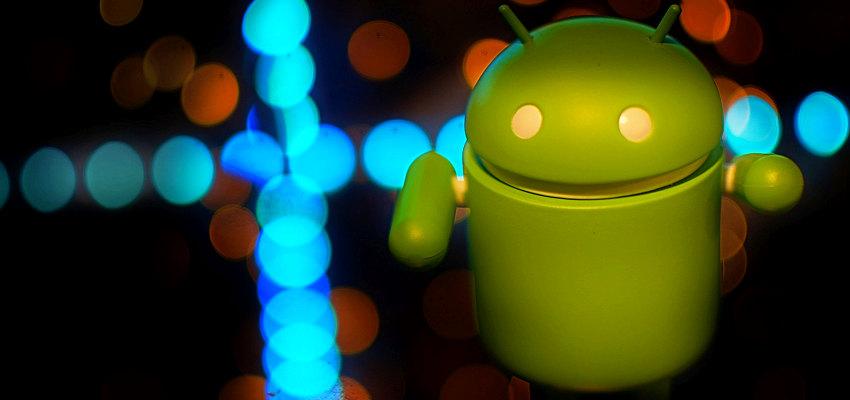 zielony robot - symbol systemu android na tle kolorowych świateł