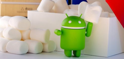 zielony android na tle pianek marshmallow
