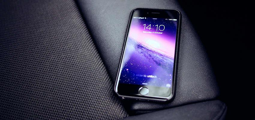 smartfon leżący na samochodowym fotelu