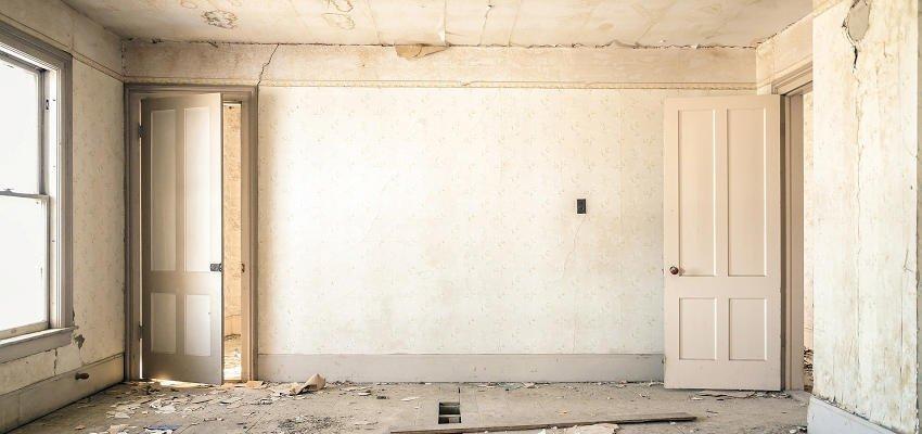 zrujnowane wnętrze mieszkania bez mebli