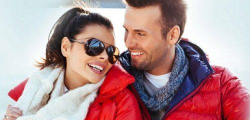 mężczyzna z kobieta przytulają się w zimowej aurze