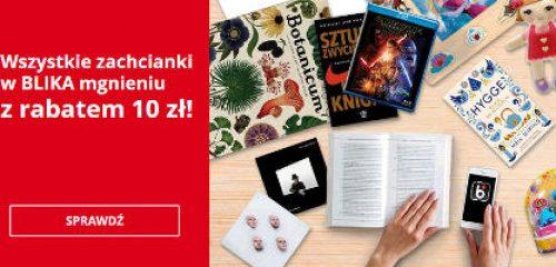 reklama sklepu merlin.pl na blacie książki, płyty oraz inny asortyment sklepu i dłonie trzymające telefon z aplikacją BLIK