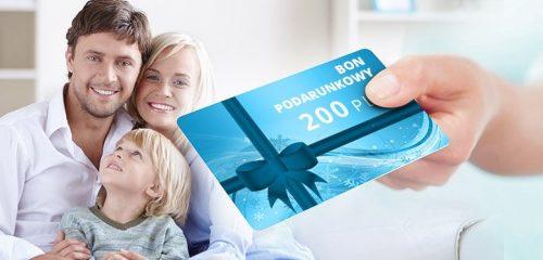 trzyosobowa rodzina oraz niebieski bon podarunkowy o nominale 200 zł