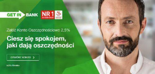 Mężczyzna w białej koszuli reklamujący wysokie oprocentowanie na koncie oszczędnościowym Getin Banku