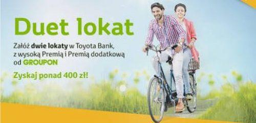 Mężczyzna z kobietą jadący przez polanę na rowerze duet - lokata Toyota Banku
