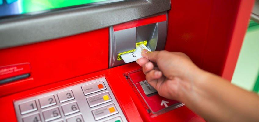 karta płatnicza wsuwana przez klienta do wpłatomatu