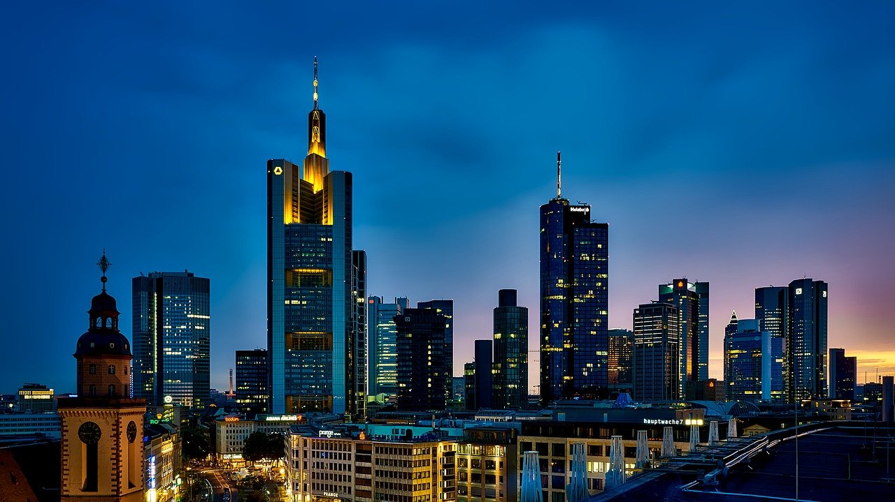 panorama Frankfurtu nocą