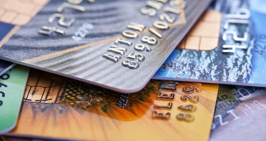 stos różnokolorowych kart kredytowych