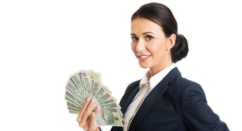 kobieta trzymająca w dłoni wachlarz stuzłotówek