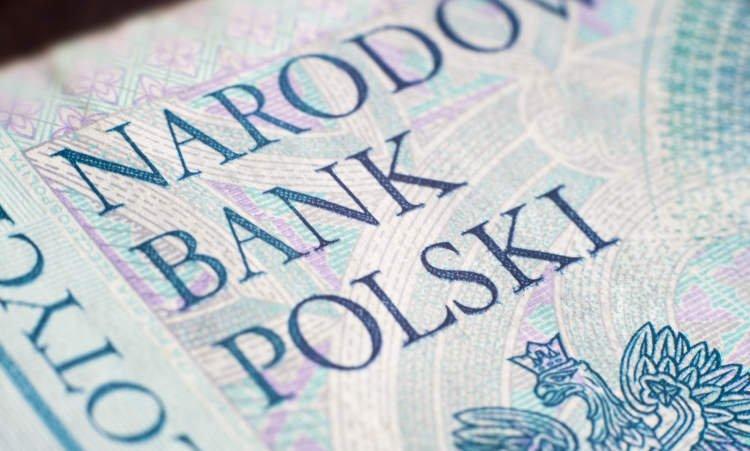 zbliżenie na 50 złotowy banknot i napis Narodowy Bank Polski