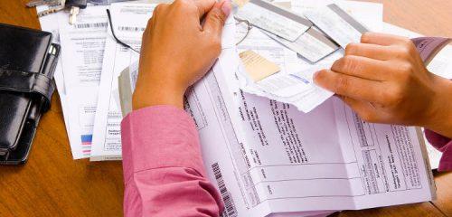 mężczyzna targający papierową fakturę