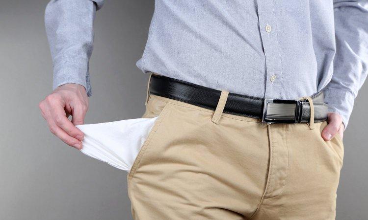 mężczyzna pokazujący pustą kieszeń spodni