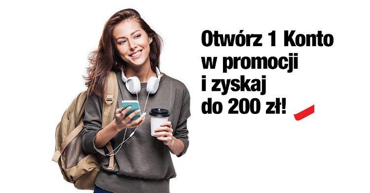 kobieta z plecakiem na jednym ramieniu trzymająca smartfon i kubek kawy