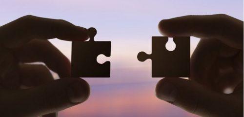 dłonie składające puzzle