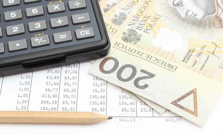 kalkulator, trzy dwustuzłotowe banknoty, arkusz obliczeń i ołówek