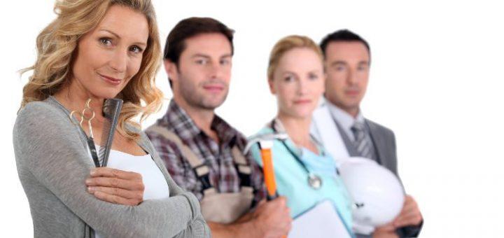 dwie kobiety i dwóch mężczyzn reprezentujący różne grupy zawodowe