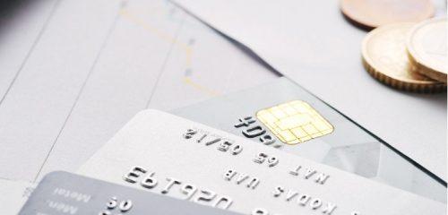 karty płatnicze lezące na blacie