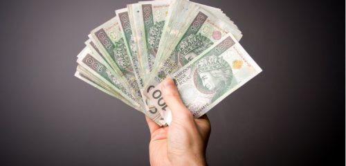 wachlarz banknotów stuzłotowych w dłoni