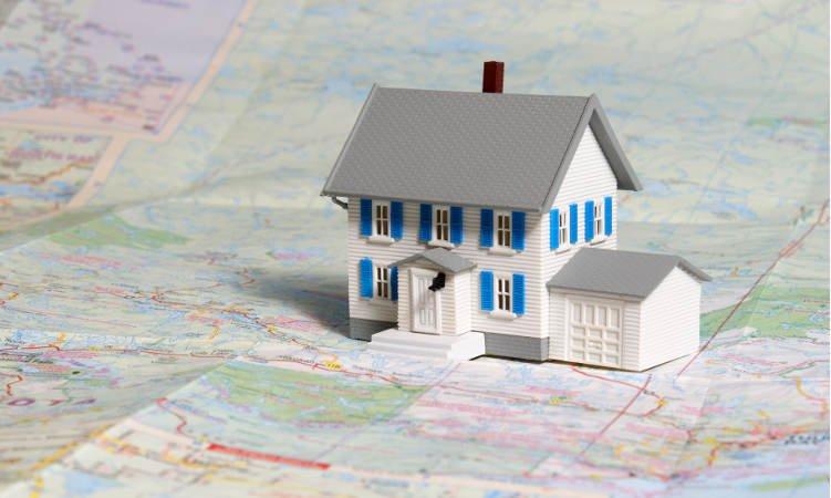 makieta domu z garażem postawiona na mapie
