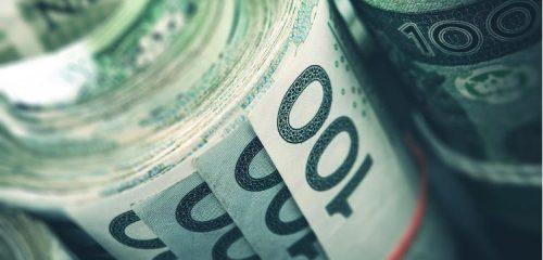 rulony ze stuzłotowych banknotów