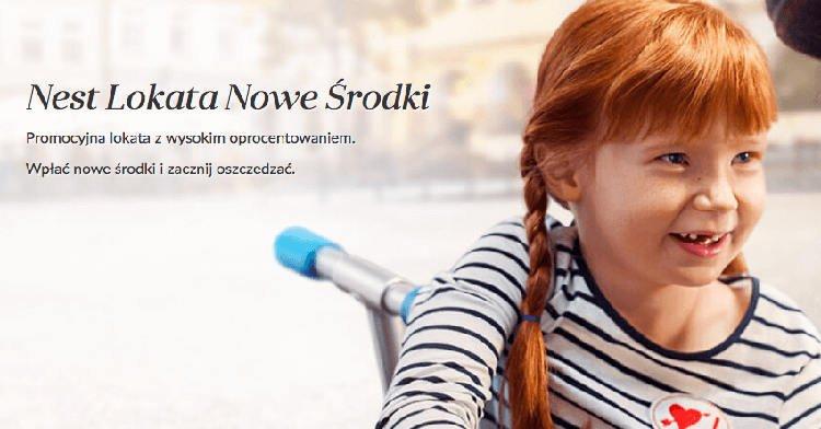 rudowłosa dziewczynka siedząca na ławce