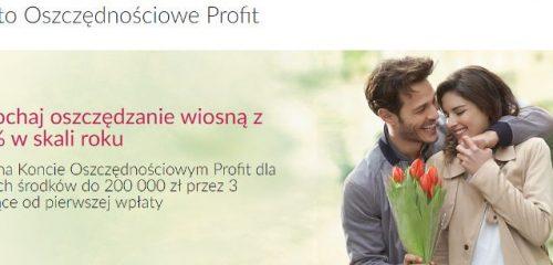 mężczyzna wręczający kobiecie bukiet tulipanów