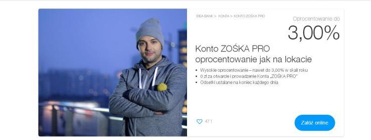 mężczyzna w szarej bluzie i czapce na tle panoramy miasta