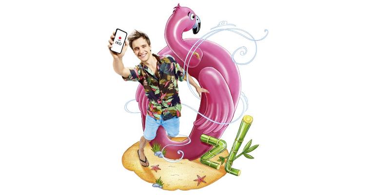 chłopak z dmuchanym flamingiem