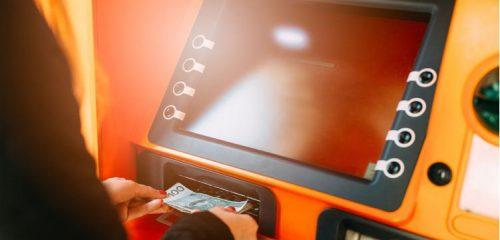 kobieta wypłacająca gotówkę z bankomatu