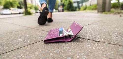zgubiony portfel z pieniędzmi i kartami leżący na chodniku