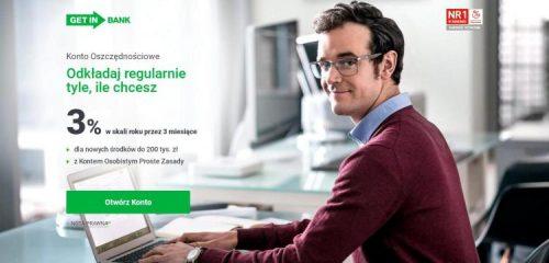 mężczyzna w okularach przy laptopie