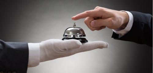 concierge z dzwonkiem na dłoni