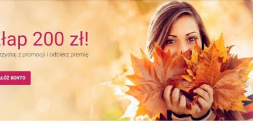 kobieta trzymająca przy twarzy jesienne liście
