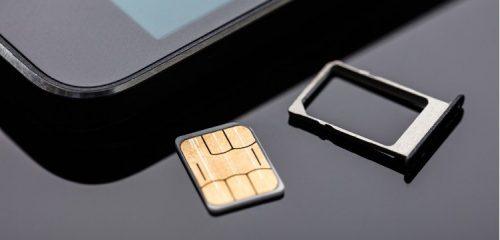karta sim leżąca przy smartfonie