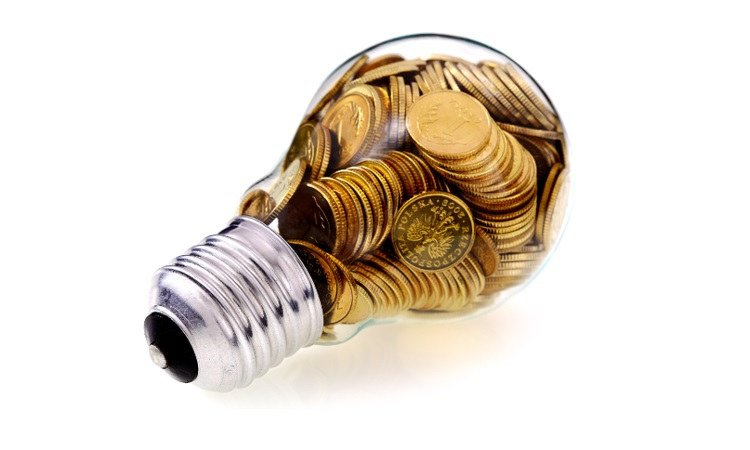 żarówka wypełniona monetami
