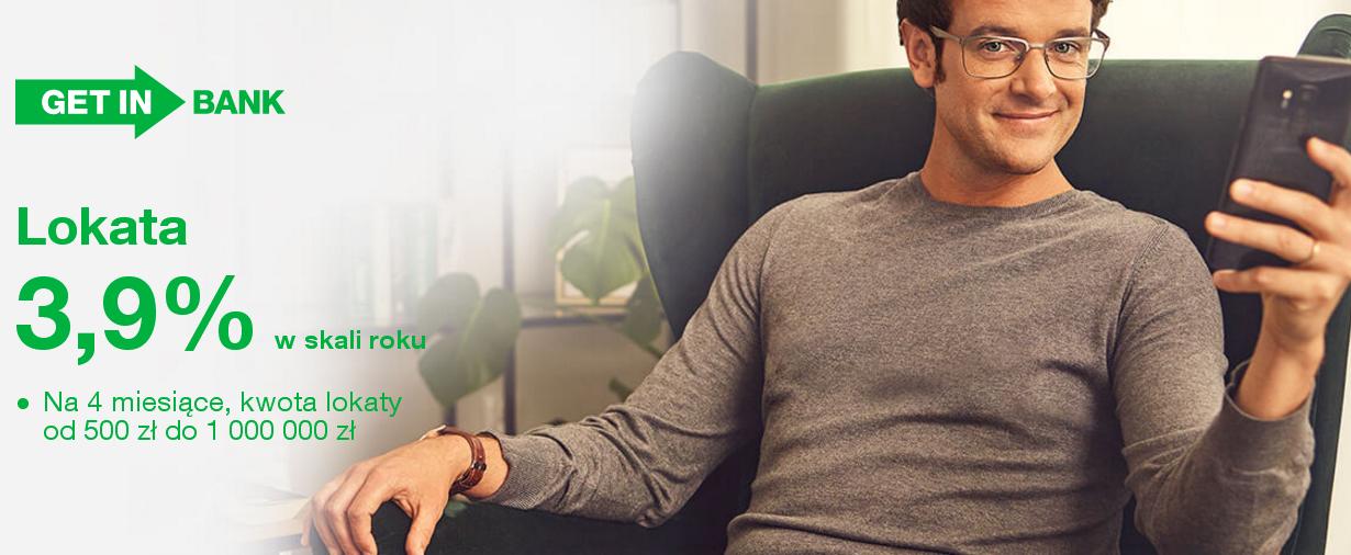 mężczyzna siedzący na fotelu z telefonem w dłoni