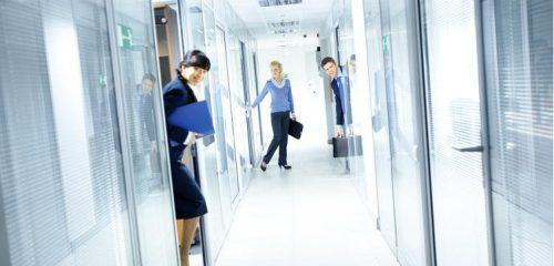 trzech pracowników biura na korytarzu