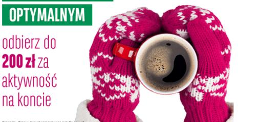 Kubek kawy trzymany przez osobę w rękawiczkach
