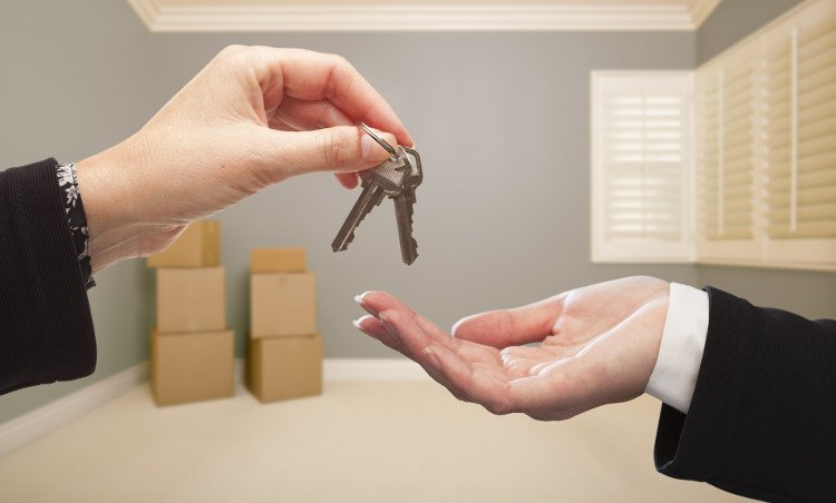 dłoń przekazująca klucze do dłoni drugiej osoby