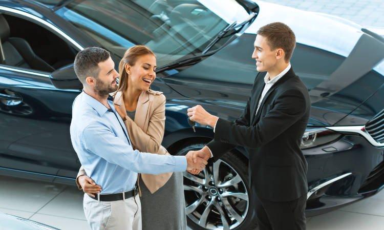 para odbierająca kluczyk w salonie samochodowym