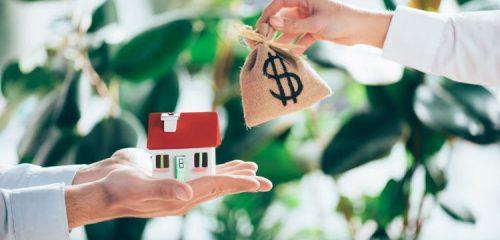 mode domu na dłoniach i worek pieniędzy