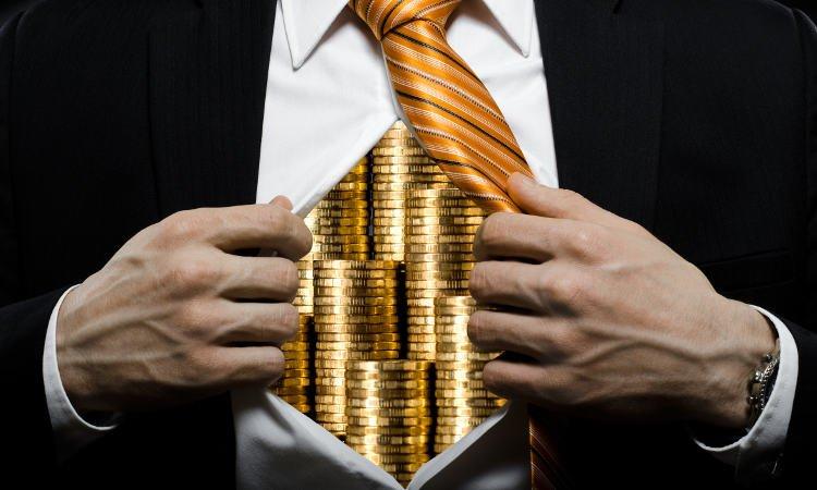 złote monety za koszulą rozdzieraną przez mężczyznę